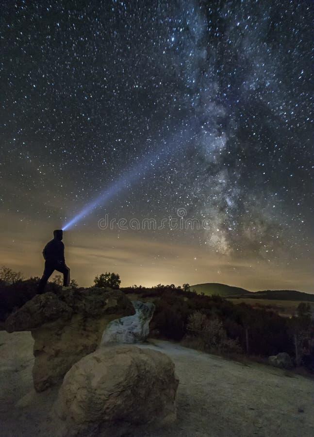 Le champignon bascule le phénomène sous le ciel nocturne photo stock