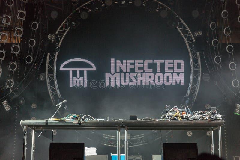 Le champignon infecté exécute vivant au festival de week-end d'atlas Kiev, Ukraine photographie stock