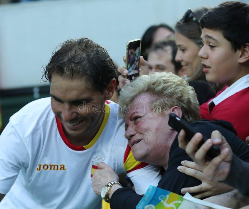 Le champion olympique Rafael Nadal de l'Espagne avec la fan de tennis après le ` s des hommes choisit la demi-finale de Rio 2016  photographie stock libre de droits