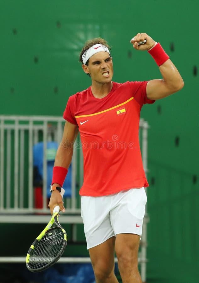 Le champion olympique Rafael Nadal de l'Espagne célèbre la victoire après que les hommes choisisse le match de Rio 2016 Jeux Olym images stock