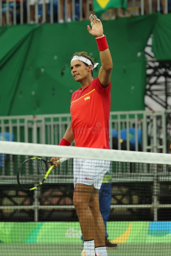 Le champion olympique Rafael Nadal de l'Espagne célèbre la victoire après que les hommes choisisse le match de Rio 2016 Jeux Olym photos libres de droits