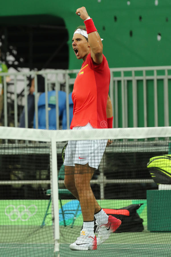 Le champion olympique Rafael Nadal de l'Espagne célèbre la victoire après que les hommes choisisse le match de Rio 2016 Jeux Olym photo libre de droits