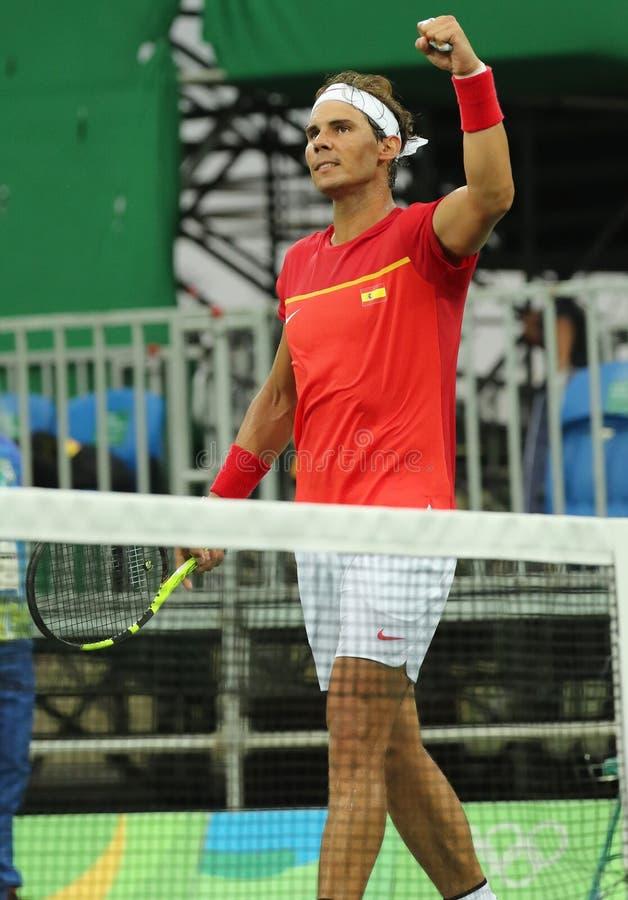 Le champion olympique Rafael Nadal de l'Espagne célèbre la victoire après que les hommes choisisse le match de Rio 2016 Jeux Olym image libre de droits