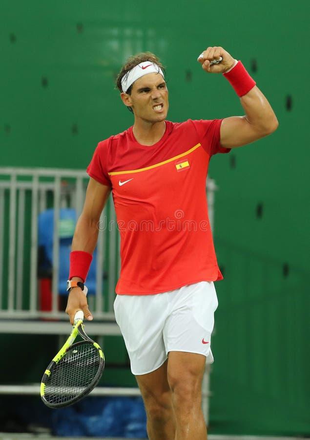 Le champion olympique Rafael Nadal de l'Espagne célèbre la victoire après que les hommes choisisse le match de Rio 2016 Jeux Olym image stock