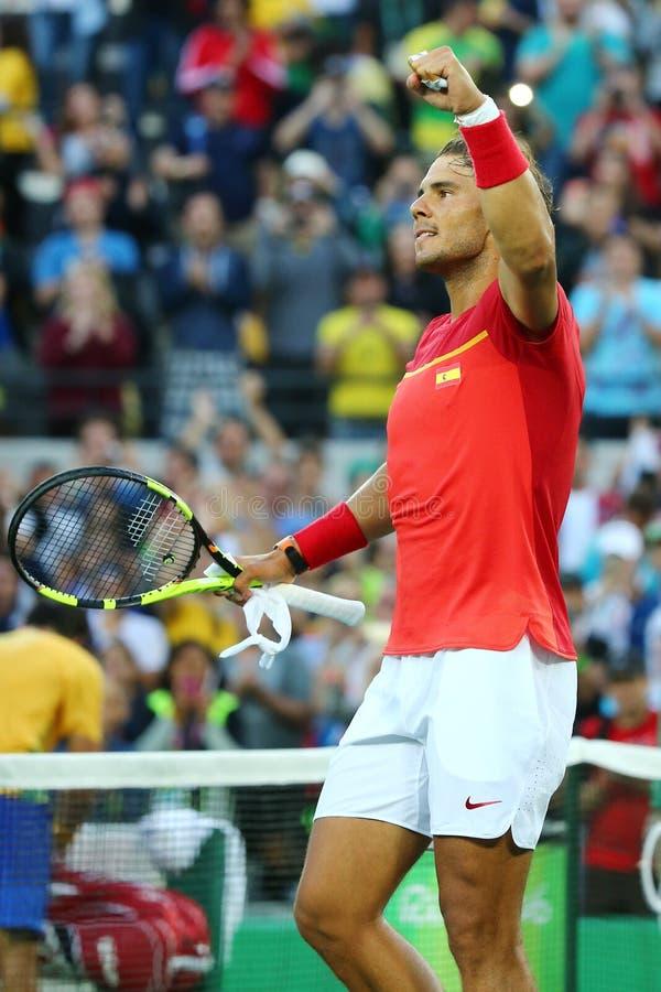 Le champion olympique Rafael Nadal de l'Espagne célèbre la victoire après que les hommes choisisse le quart de finale de Rio 2016 photos libres de droits