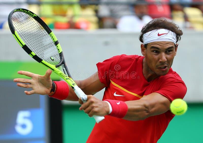 Le champion olympique Rafael Nadal de l'Espagne dans l'action pendant le ` s des hommes choisit autour de quatre de Rio 2016 Jeux image stock