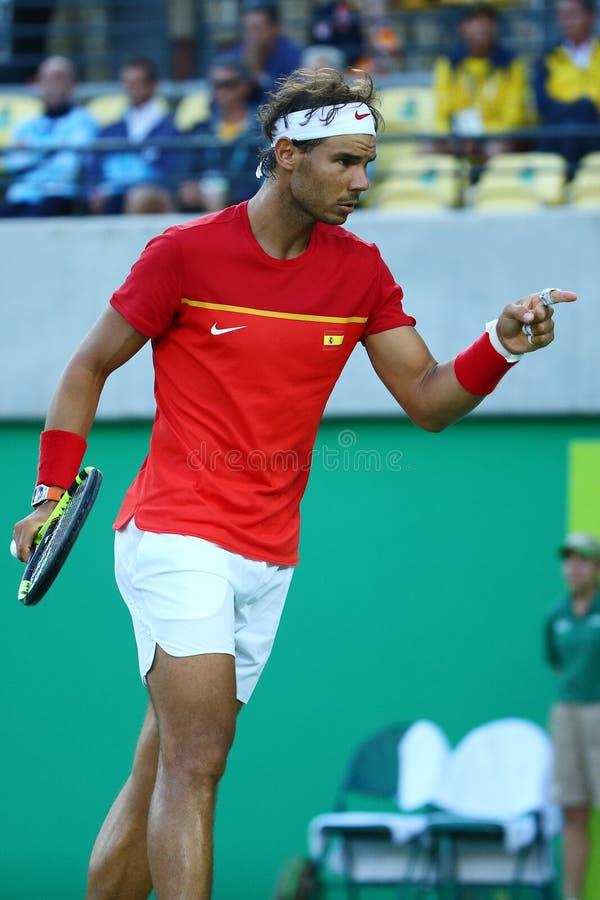 Le champion olympique Rafael Nadal de l'Espagne dans l'action pendant le ` s des hommes choisit la demi-finale de Rio 2016 Jeux O image libre de droits