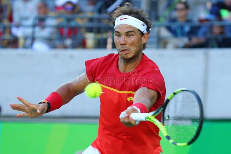 Le champion olympique Rafael Nadal de l'Espagne dans l'action pendant le ` s des hommes choisit la demi-finale de Rio 2016 Jeux O image stock
