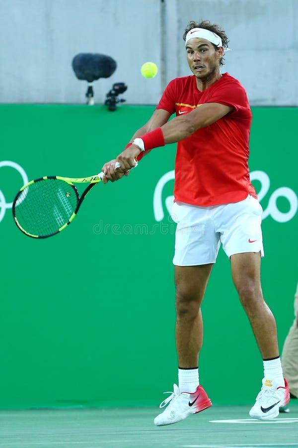 Le champion olympique Rafael Nadal de l'Espagne dans l'action pendant le ` s des hommes choisit la demi-finale de Rio 2016 Jeux O photo libre de droits