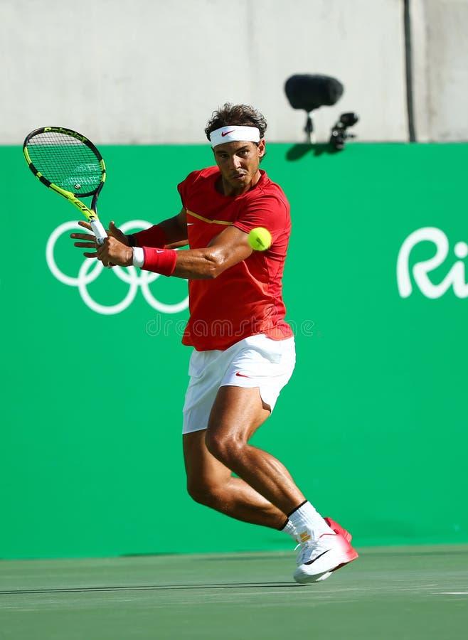 Le champion olympique Rafael Nadal de l'Espagne dans l'action pendant le ` s des hommes choisit le match de demi-finale de Rio 20 photographie stock libre de droits