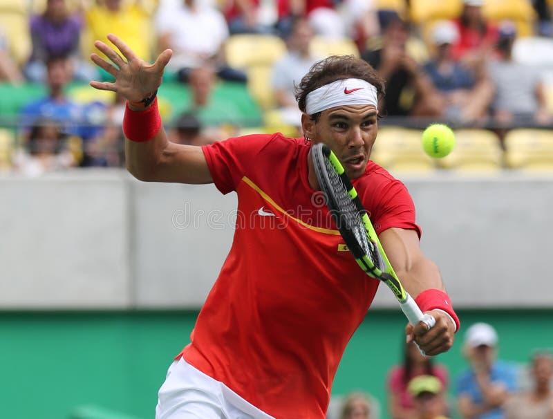 Le champion olympique Rafael Nadal de l'Espagne dans l'action pendant le ` s des hommes choisit le match de demi-finale de Rio 20 photos stock