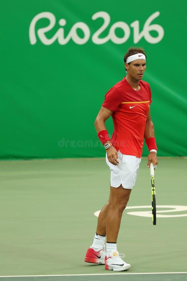 Le champion olympique Rafael Nadal de l'Espagne dans l'action pendant le ` s des hommes choisit le premier match de rond de Rio 2 photos stock