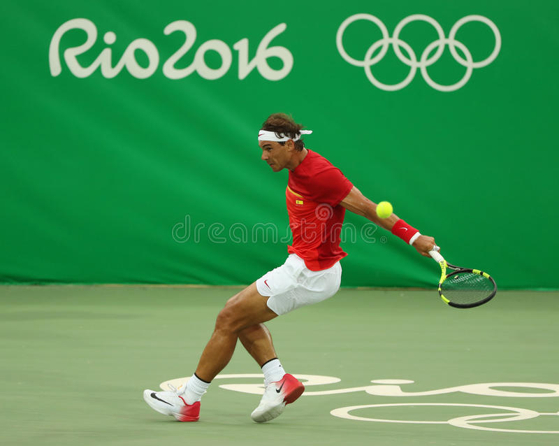 Le champion olympique Rafael Nadal de l'Espagne dans l'action pendant le ` s des hommes choisit le premier match de rond de Rio 2 image libre de droits