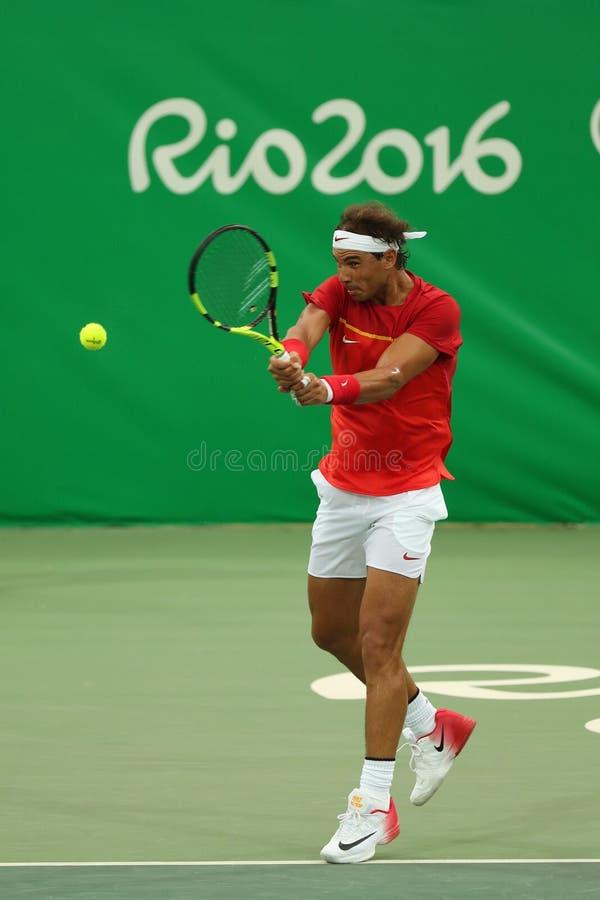 Le champion olympique Rafael Nadal de l'Espagne dans l'action pendant le ` s des hommes choisit le premier match de rond de Rio 2 image stock