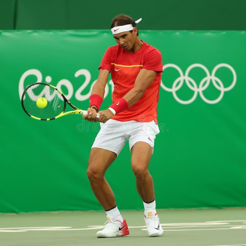 Le champion olympique Rafael Nadal de l'Espagne dans l'action pendant le ` s des hommes choisit le premier match de rond de Rio 2 photographie stock libre de droits