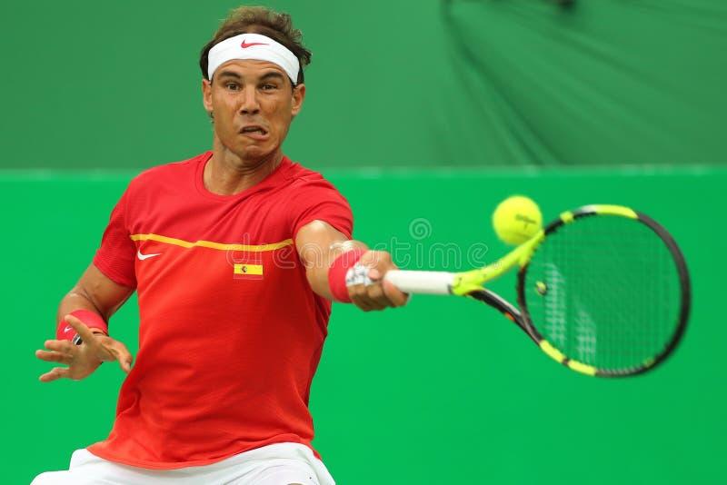 Le champion olympique Rafael Nadal de l'Espagne dans l'action pendant le ` s des hommes choisit le premier match de rond de Rio 2 photo stock