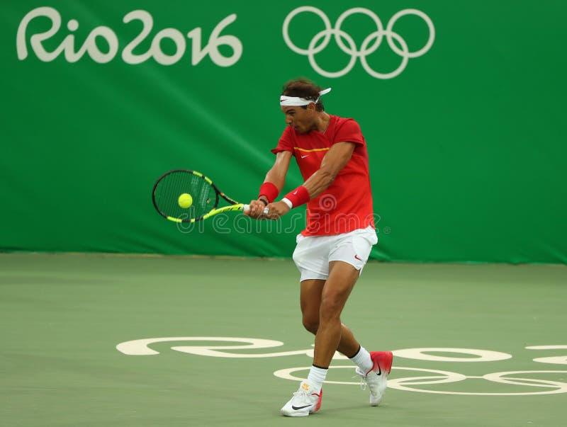 Le champion olympique Rafael Nadal de l'Espagne dans l'action pendant le ` s des hommes choisit le premier match de rond de Rio 2 photos libres de droits
