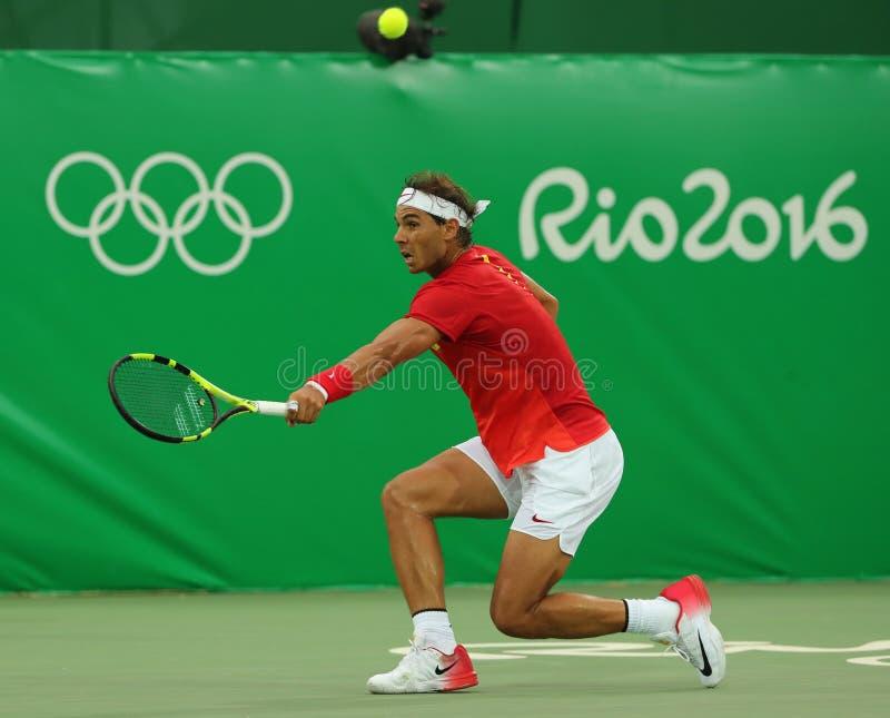 Le champion olympique Rafael Nadal de l'Espagne dans l'action pendant le ` s des hommes choisit le premier match de rond de Rio 2 images libres de droits