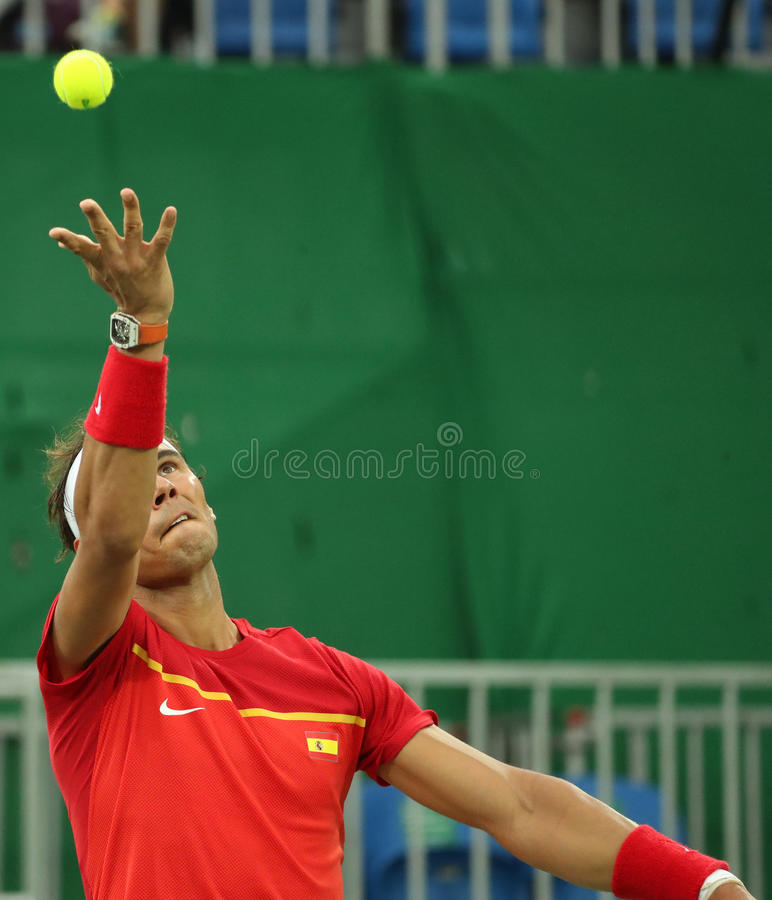 Le champion olympique Rafael Nadal de l'Espagne dans l'action pendant le ` s des hommes choisit le premier match de rond de Rio 2 images stock