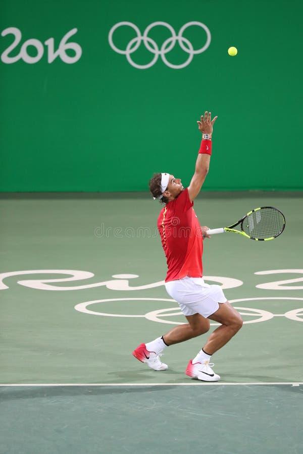 Le champion olympique Rafael Nadal de l'Espagne dans l'action pendant le ` s des hommes double autour de 3 de Rio 2016 Jeux Olymp image libre de droits