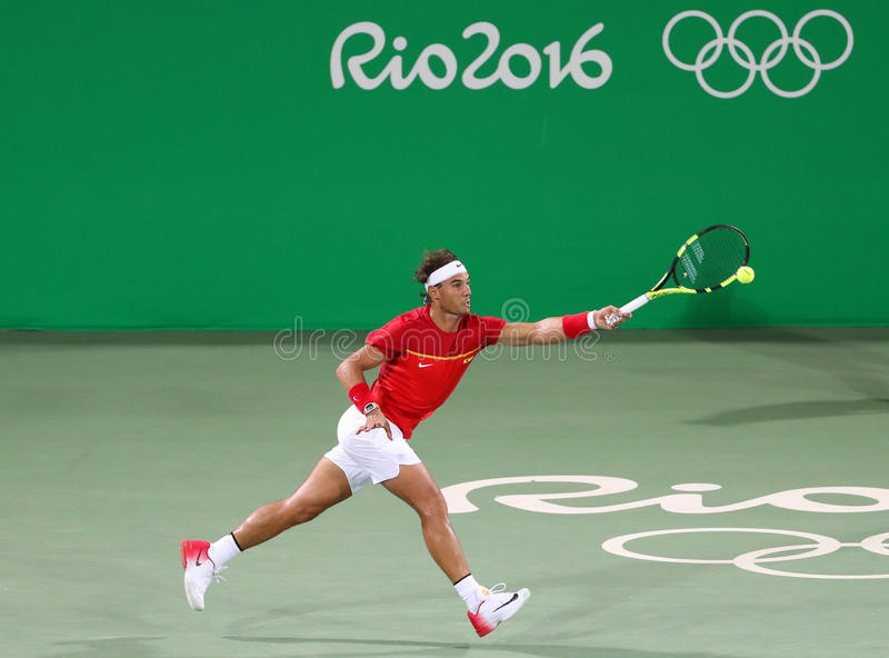 Le champion olympique Rafael Nadal de l'Espagne dans l'action pendant le ` s des hommes double autour de 3 de Rio 2016 Jeux Olymp photographie stock libre de droits