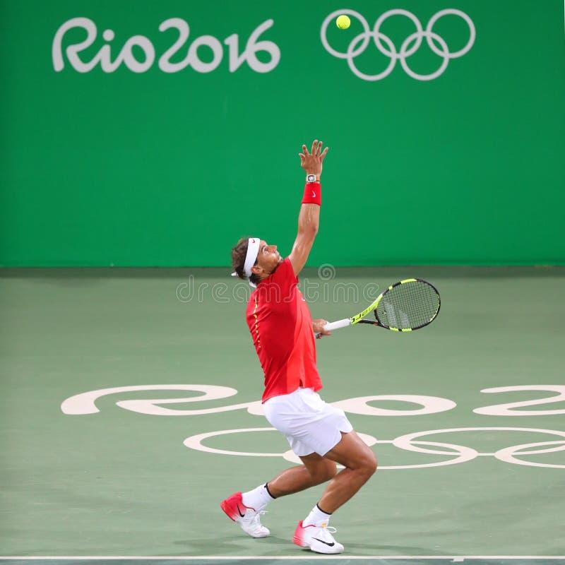 Le champion olympique Rafael Nadal de l'Espagne dans l'action pendant le ` s des hommes double autour de 3 de Rio 2016 Jeux Olymp photos stock