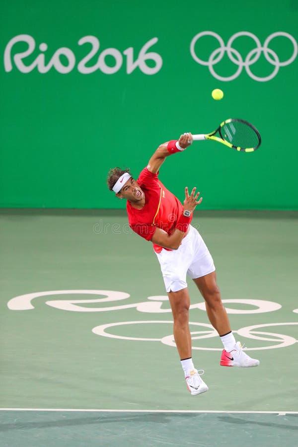 Le champion olympique Rafael Nadal de l'Espagne dans l'action pendant le ` s des hommes double autour de 3 de Rio 2016 Jeux Olymp images libres de droits