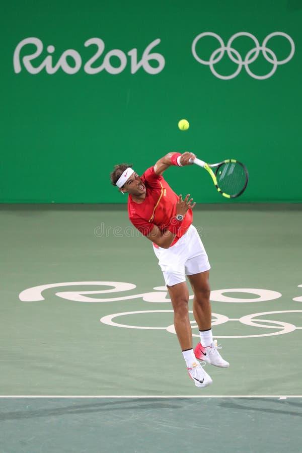 Le champion olympique Rafael Nadal de l'Espagne dans l'action pendant le ` s des hommes double autour de 3 de Rio 2016 Jeux Olymp photo stock