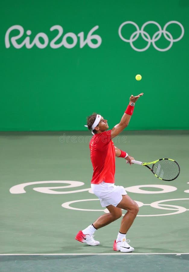Le champion olympique Rafael Nadal de l'Espagne dans l'action pendant le ` s des hommes double autour de 3 de Rio 2016 Jeux Olymp photographie stock