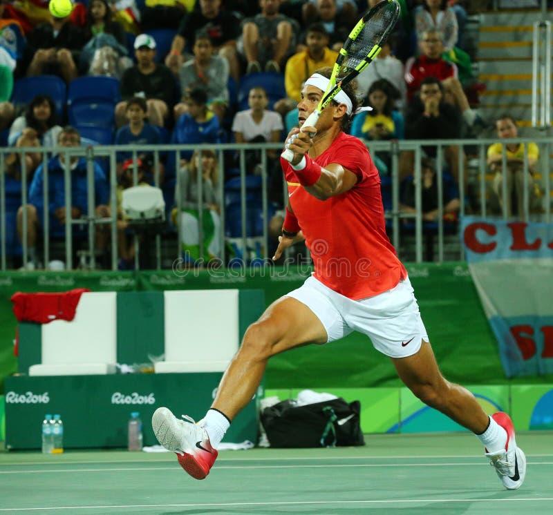 Le champion olympique Rafael Nadal de l'Espagne dans l'action pendant les doubles des hommes arrondissent 2 de Rio 2016 Jeux Olym photos libres de droits