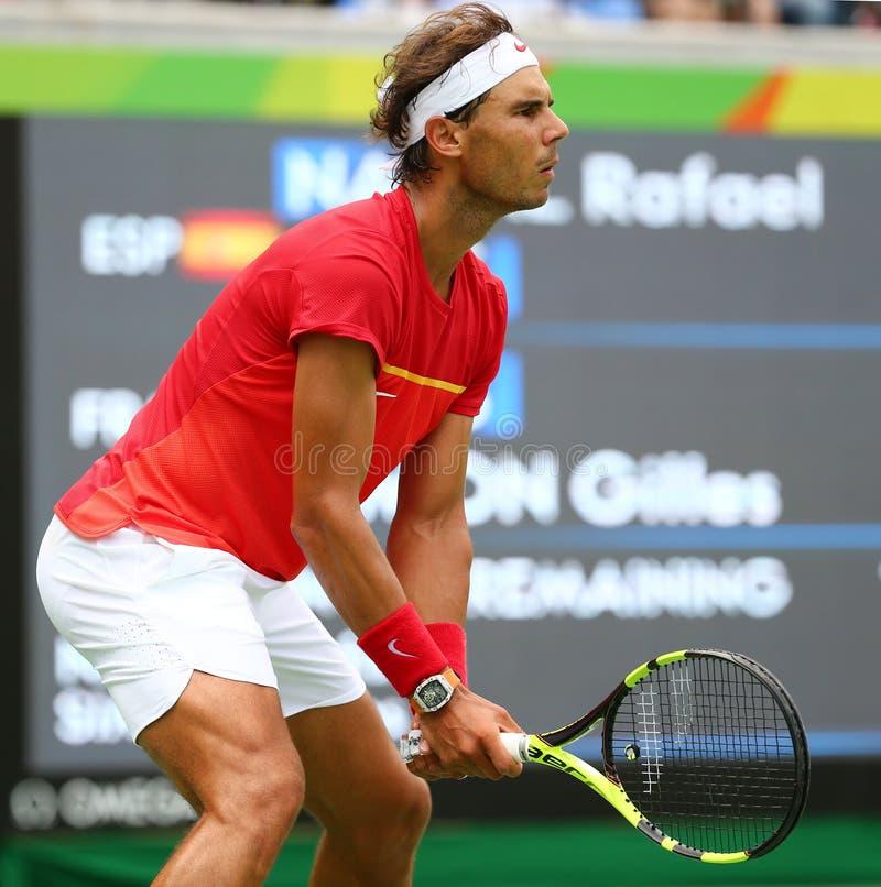 Le champion olympique Rafael Nadal de l'Espagne dans l'action pendant les hommes choisit autour de quatre de Rio 2016 Jeux Olympi images stock