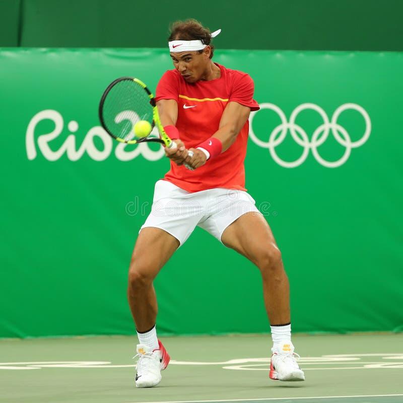 Le champion olympique Rafael Nadal de l'Espagne dans l'action pendant les hommes choisit le premier match de rond de Rio 2016 Jeu images libres de droits