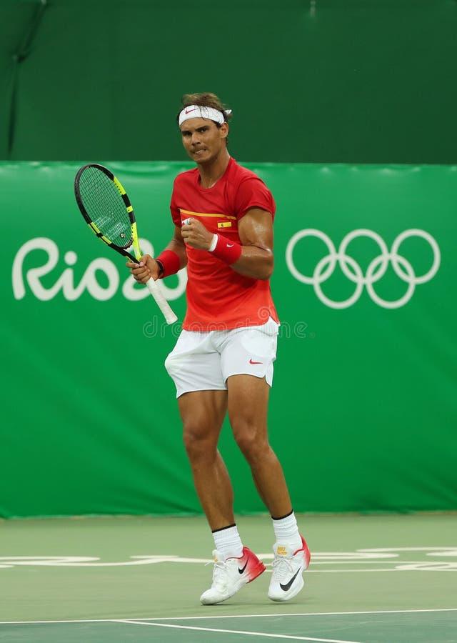 Le champion olympique Rafael Nadal de l'Espagne dans l'action pendant les hommes choisit le premier match de rond de Rio 2016 Jeu photo libre de droits