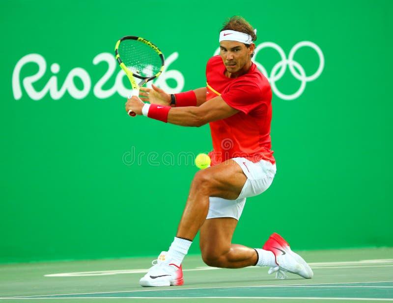Le champion olympique Rafael Nadal de l'Espagne dans l'action pendant les hommes choisit le quart de finale de Rio 2016 Jeux Olym photographie stock