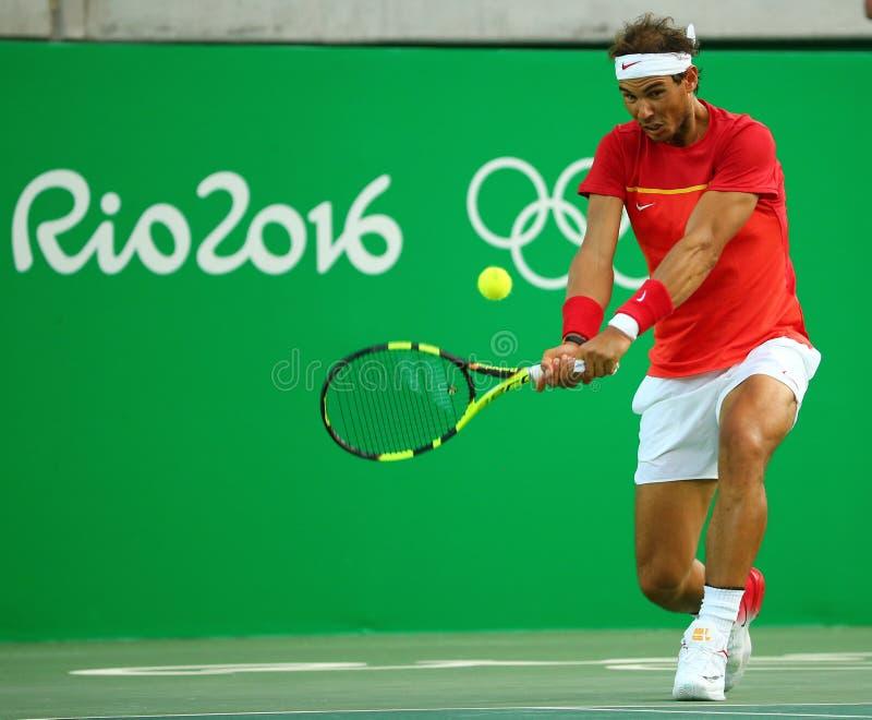 Le champion olympique Rafael Nadal de l'Espagne dans l'action pendant les hommes choisit le quart de finale de Rio 2016 Jeux Olym photos stock