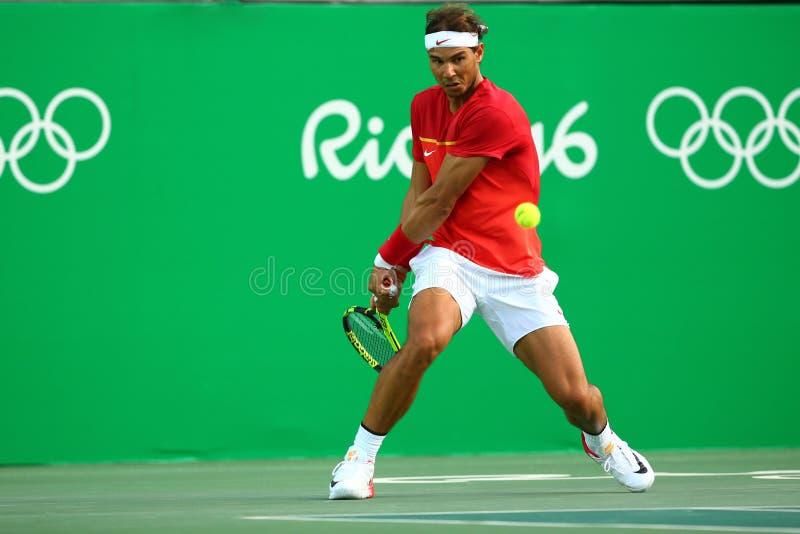 Le champion olympique Rafael Nadal de l'Espagne dans l'action pendant les hommes choisit le quart de finale de Rio 2016 Jeux Olym photo libre de droits