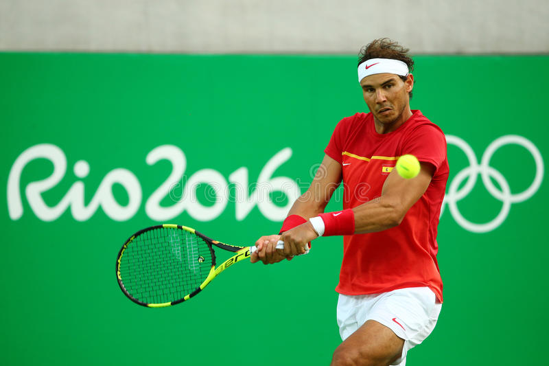 Le champion olympique Rafael Nadal de l'Espagne dans l'action pendant les hommes choisit le quart de finale de Rio 2016 Jeux Olym images libres de droits