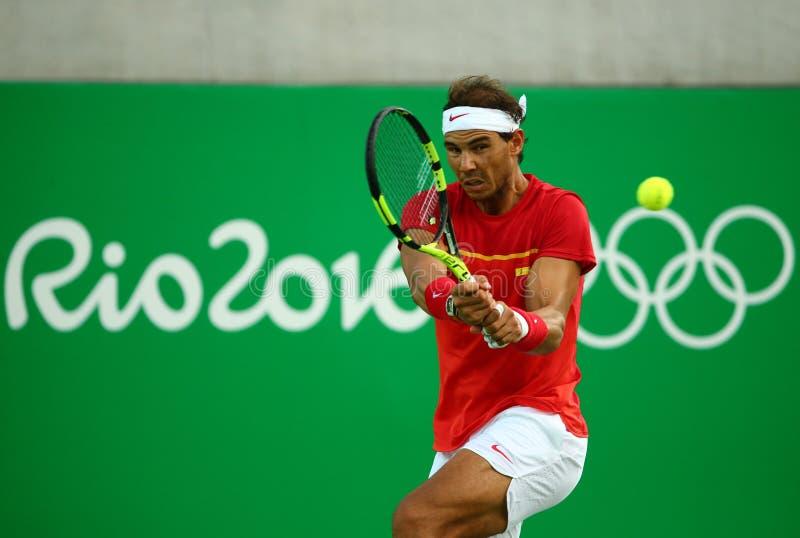 Le champion olympique Rafael Nadal de l'Espagne dans l'action pendant les hommes choisit le quart de finale de Rio 2016 Jeux Olym photographie stock libre de droits
