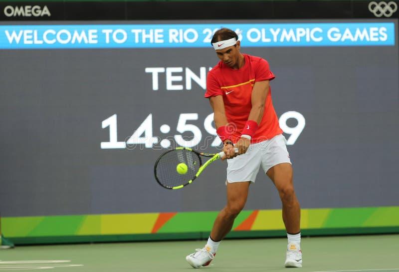 Le champion olympique Rafael Nadal de l'Espagne dans la pratique avant le ` s des hommes choisit le premier match de rond de Rio  image stock