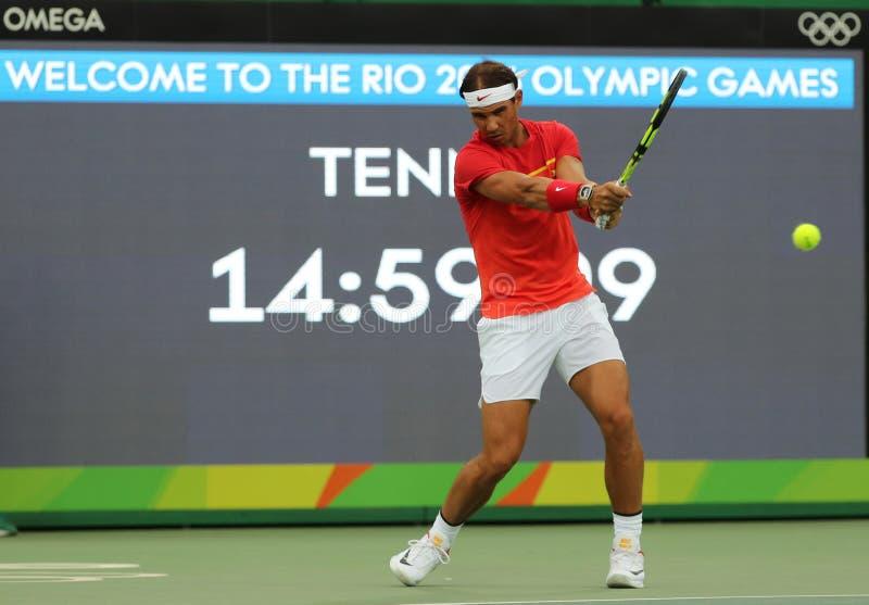Le champion olympique Rafael Nadal de l'Espagne dans la pratique avant le ` s des hommes choisit le premier match de rond de Rio  photos libres de droits