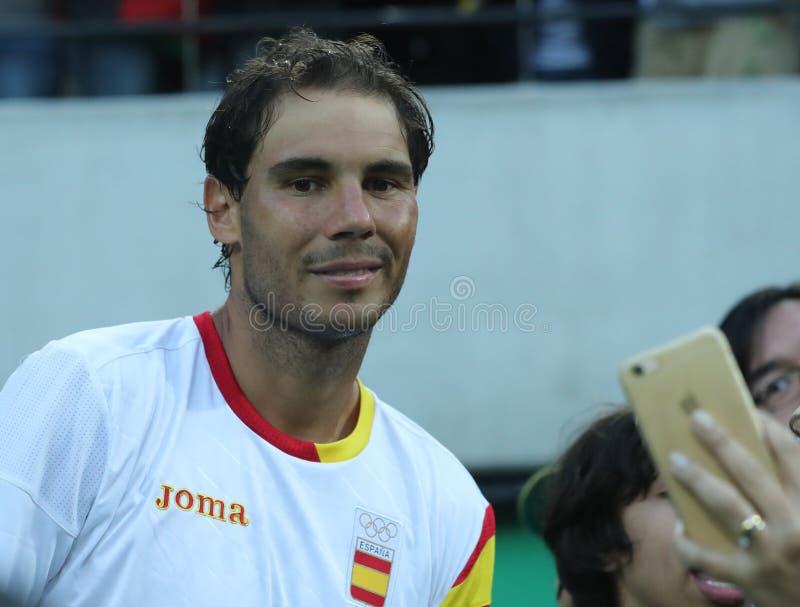 Le champion olympique Rafael Nadal de l'Espagne prenant le selfie avec la fan de tennis après le ` s des hommes choisit la demi-f photos stock