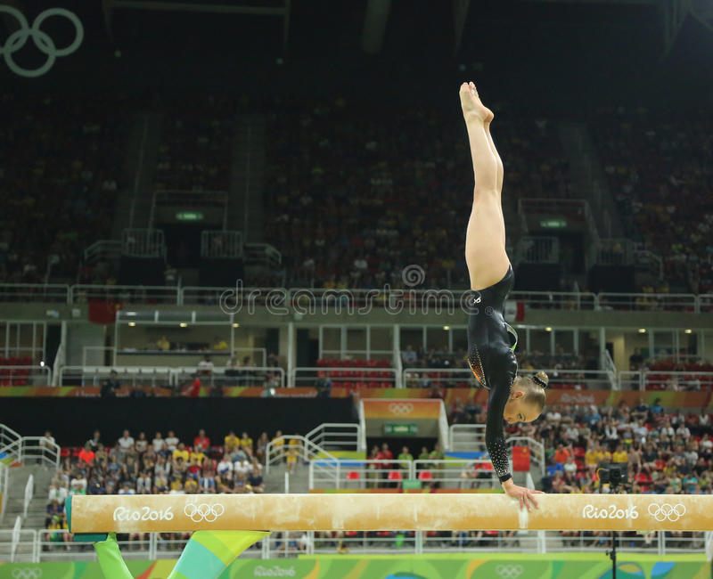 Le champion olympique Sanne Wevers des Pays-Bas concurrence à la finale sur la gymnastique artistique des femmes de faisceau d'éq photos stock