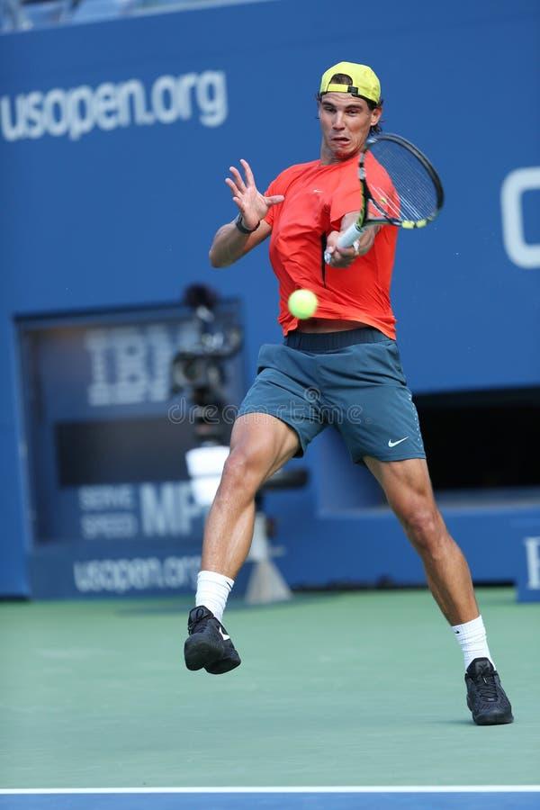 Le champion Rafael Nadal de Grand Chelem de douze fois pratique pour l'US Open 2013 chez Arthur Ashe Stadium image stock