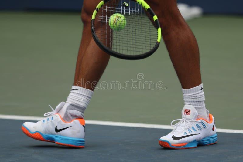 Le champion Rafael Nadal de Grand Chelem de l'Espagne porte les chaussures faites sur commande de tennis de Nike pendant la prati photos stock