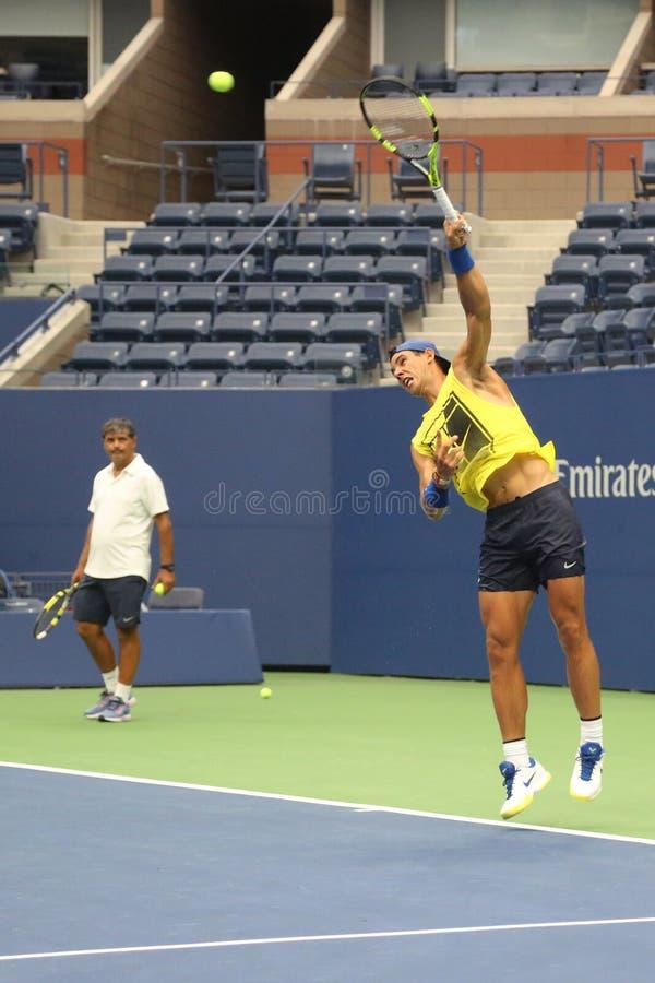 Le champion Rafael Nadal de Grand Chelem de quinze fois de l'Espagne avec son entraîneur Tony Nadal pratique pour l'US Open 2017 photo stock