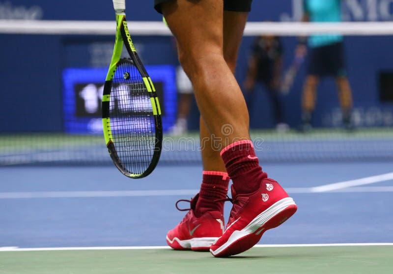 Le champion Rafael Nadal de Grand Chelem de l'Espagne porte les chaussures faites sur commande de tennis de Nike pendant le match photographie stock