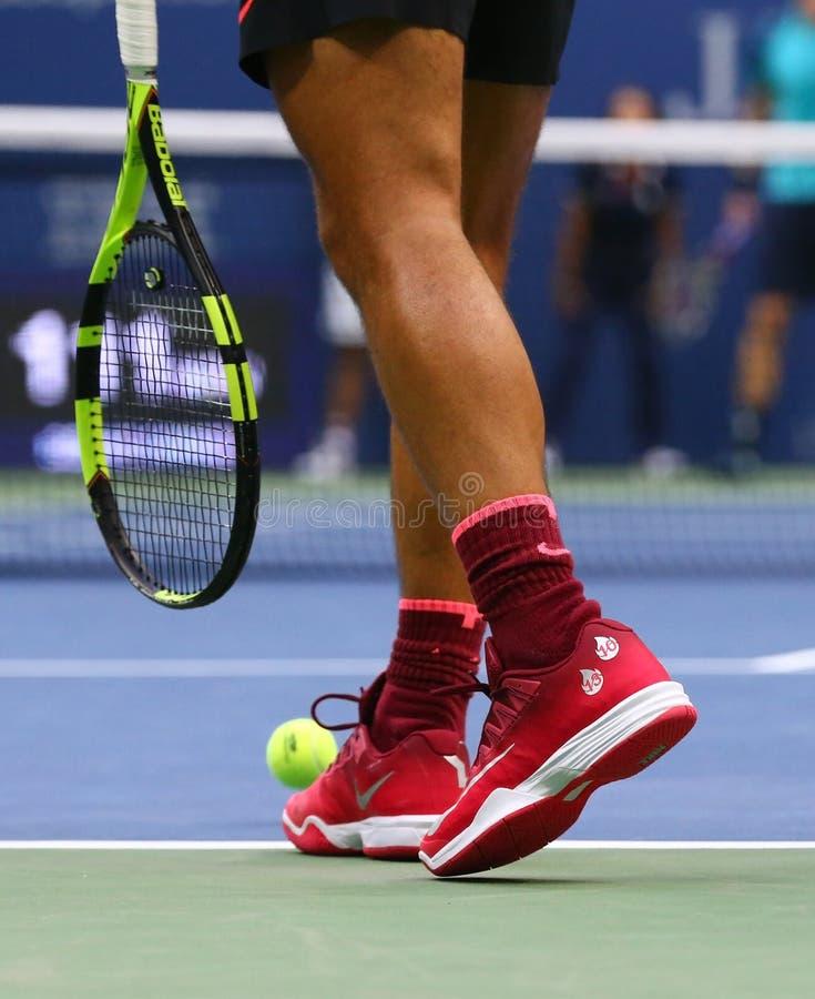Le champion Rafael Nadal de Grand Chelem de l'Espagne porte les chaussures faites sur commande de tennis de Nike pendant le match images stock