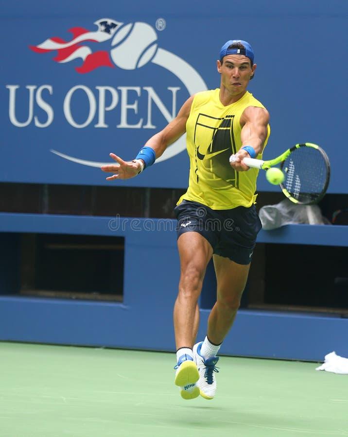 Le champion Rafael Nadal de Grand Chelem de quinze fois de l'Espagne pratique pour l'US Open 2017 photo libre de droits