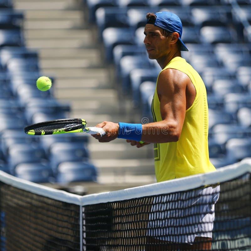 Le champion Rafael Nadal de Grand Chelem de quinze fois de l'Espagne pratique pour l'US Open 2017 image libre de droits
