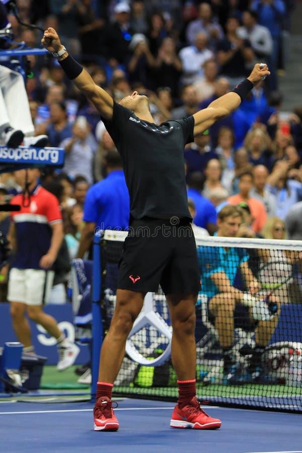 Le champion Rafael Nadal de l'US Open 2017 de l'Espagne célèbre la victoire après son match final contre Kevin Andersen photographie stock libre de droits